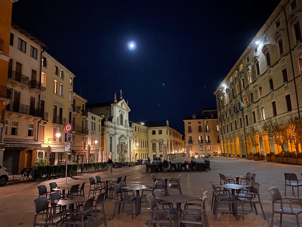 """Ore sette di sera. Vicenza col Covid è deserta e silenziosa. """"Che fai tu luna in ciel, dimmi, che fai? """" Leopardi"""